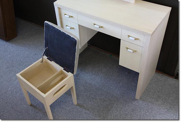 収納付き椅子とアンティークハンドル